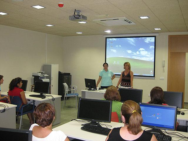 Se inaugura un curso de Iniciación a la Informática para mujeres de la localidad, Foto 1