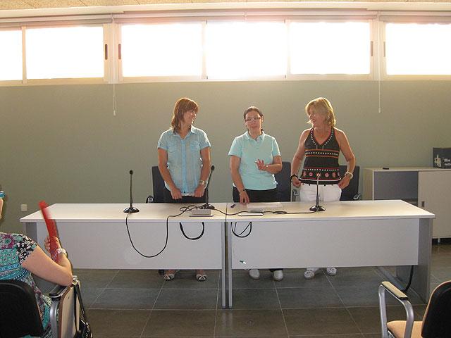 Se realiza la entrega de los diplomas de varios cursos para mujeres, Foto 1