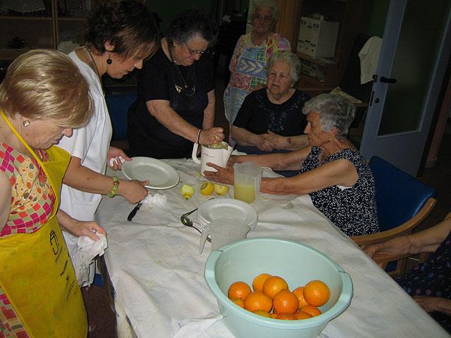 Los 20 usuarios del SED participan en un taller refrescante de verano con la preparación de granizado de limón, Foto 1