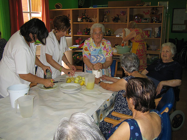 Los 20 usuarios del SED participan en un taller refrescante de verano con la preparación de granizado de limón, Foto 2