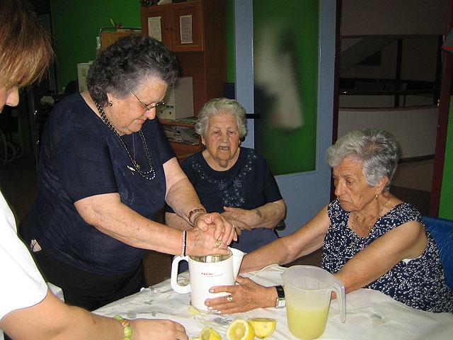Los 20 usuarios del SED participan en un taller refrescante de verano con la preparación de granizado de limón, Foto 3