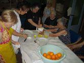 Los 20 usuarios del SED participan en un taller refrescante de verano con la preparación de granizado de limón