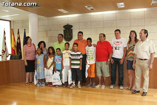 Autoridades municipales reciben a los 6 niños saharauis y a las familias totaneras que los acogen durante los meses de julio y agosto, Foto 1