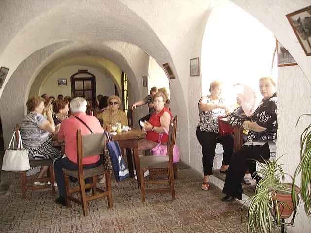 Más de un centenar de socios del Centro Municipal de Personas Mayores realizan una excursión a Alcalá del Jucar, Foto 3