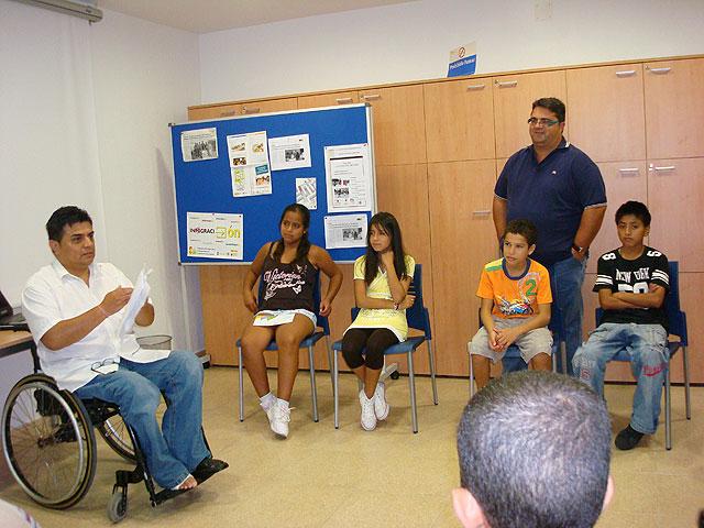 Los participantes del proyecto Integración socioeducativa de menores y jóvenes  en situación o riesgo de exclusión social reciben la visita del concejal de Bienestar Social, Foto 3