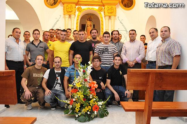 La plantilla de la U.D. Paretón realiza la tradicional ofrenda floral a Nuestra Señora del Rosario, Foto 1