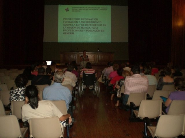 Trabajadores sociales informan a un total de 70 profesionales y vecinos sobre la Ley de Autonomía Personal, Foto 2
