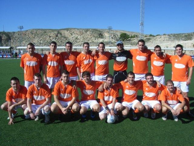El equipo Muebles Mondrián se coloca en el segundo puesto de la Liga de Fútbol Aficionado Juega limpio, tras golear al equipo Diseños Javi, Foto 1