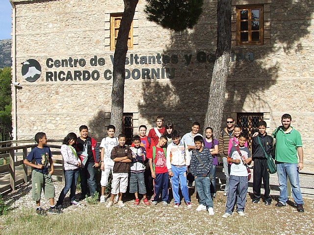 Los participantes del proyecto Integración socioeducativa de menores y jóvenes en situación o riesgo de exclusión social realizan una excursión a Sierra Espuña, Foto 1