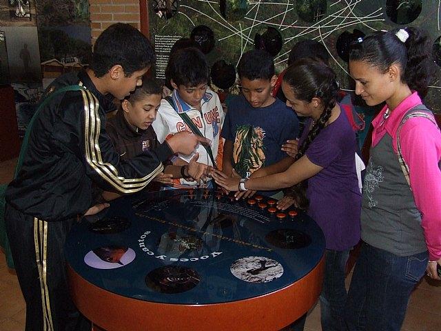 Los participantes del proyecto Integración socioeducativa de menores y jóvenes en situación o riesgo de exclusión social realizan una excursión a Sierra Espuña, Foto 2