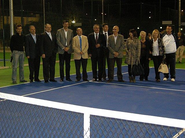 El delegado del Gobierno y el alcalde de Alhama inauguran las pistas de tenis construidas con cargo al Fondo Estatal de Inversión Local, Foto 1