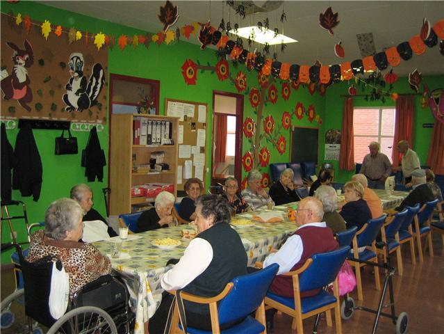 Los usuarios y profesionales del Servicio de Estancias Diurnas del Centro Municipal de Personas Mayores celebran la fiesta de Halloween, Foto 2