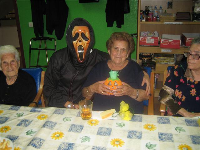 Los usuarios y profesionales del Servicio de Estancias Diurnas del Centro Municipal de Personas Mayores celebran la fiesta de Halloween, Foto 3