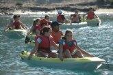 Un total de 35 alumnos del colegio Reina Sofía de Totana participan en el programa de actividades deportivas y recreativas en contacto con el mar