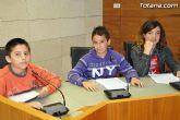 Alumnos de varios centros educativos de Totana alzan su voz y proclaman sus derechos en el sal�n de plenos del ayuntamiento - 5