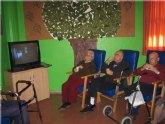 Los usuarios y profesionales del SED de Totana disfrutan de una proyección cinematográfica