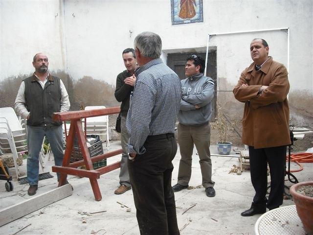El concejal de Vivienda visita las obras de rehabilitación de las fachadas, cubiertas y medianeras de la calle Mayor Triana, Foto 1