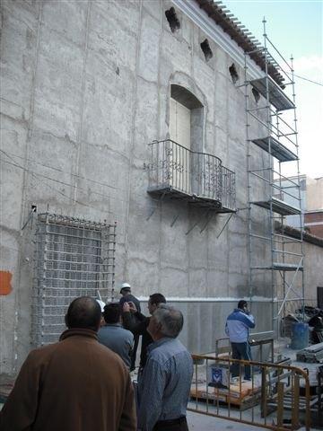 El concejal de Vivienda visita las obras de rehabilitación de las fachadas, cubiertas y medianeras de la calle Mayor Triana, Foto 2