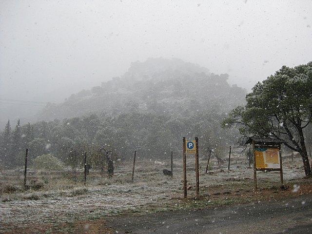La carretera de Las Alquerías hacia el Collado Bermejo permanece cortada al tráfico por la nieve y las placas de hielo acumuladas, Foto 1
