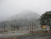 La carretera de Las Alquerías hacia el Collado Bermejo permanece cortada al tráfico por la nieve y las placas de hielo acumuladas