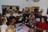 El Coro Santa Cecilia acompañado por el alcalde regalan a las personas mayores del barrio Olímpico-Las peras dulces navideños artesanos