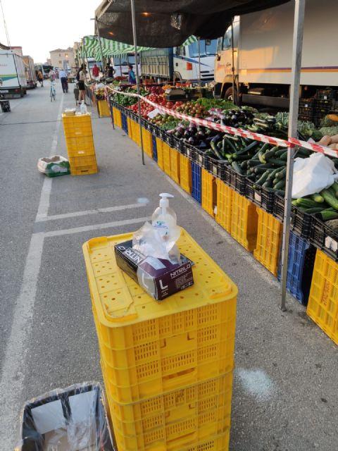 El Ayuntamiento distribuye en los mercados una normativa  para garantizar la seguridad frente al COVID-19 - 1, Foto 1