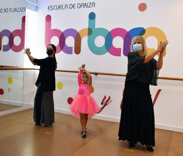 Una escuela de danza  adecúa sus instalaciones al Covid-19 para que una abuela y su nieta den por primera vez una clase de flamenco - 1, Foto 1