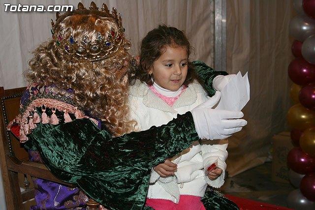 Cientos de niños y niñas acompañados por sus padres entregaron sus cartas repletas de desesos e ilusiones a los Reyes Magos, Foto 1