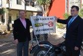 La Plataforma Motera para la Seguridad Vial entrega un premio al Consejero de Obras P�blicas en la puerta del Ayuntamiento