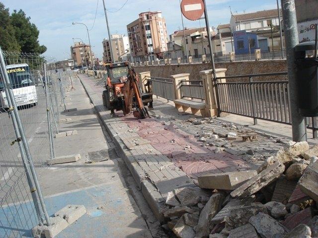 IU critica la demolición de las aceras en la Avenida de la Rambla y las califica de absurdas, fruto de un Gobierno con mentalidad de nuevo rico, Foto 1