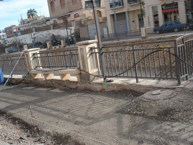 IU critica la demolición de las aceras en la Avenida de la Rambla y las califica de absurdas, fruto de un Gobierno con mentalidad de nuevo rico, Foto 2