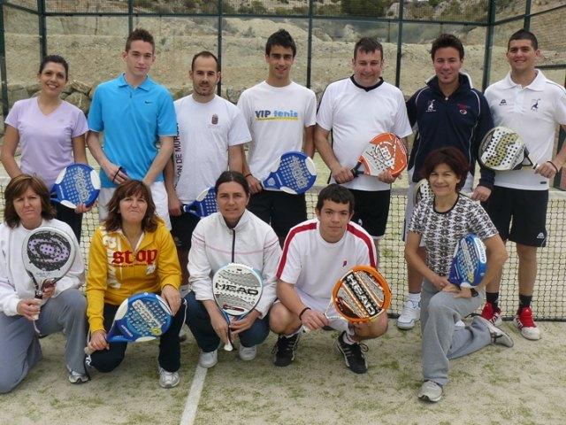 La concejalía de Deportes finaliza con éxito el curso teórico-práctico de iniciación al pádel, Foto 1