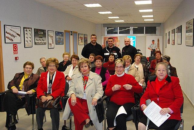 """Protección Civil de Totana imparte una charla coloquio a las usuarias de la asociación de """"Amas de casa de las Tres Avemarías"""", Foto 1"""