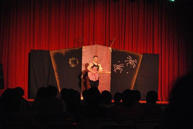 El teatro del Centro Sociocultural La Cárcel acogió la puesta en escena de la obra de teatro cómica En ocasiones veo armarios, Foto 1