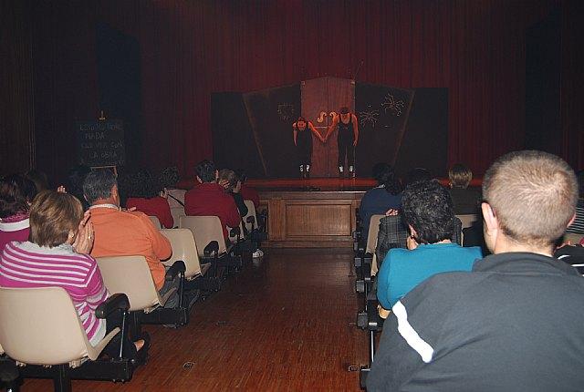 El teatro del Centro Sociocultural La Cárcel acogió la puesta en escena de la obra de teatro cómica En ocasiones veo armarios, Foto 2