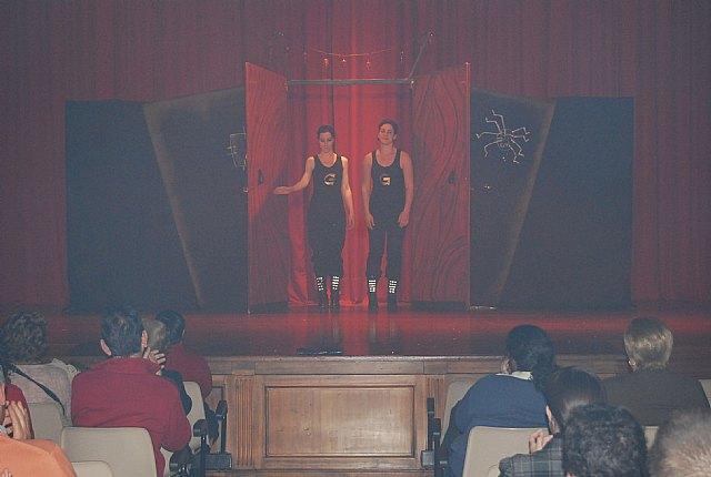El teatro del Centro Sociocultural La Cárcel acogió la puesta en escena de la obra de teatro cómica En ocasiones veo armarios, Foto 3