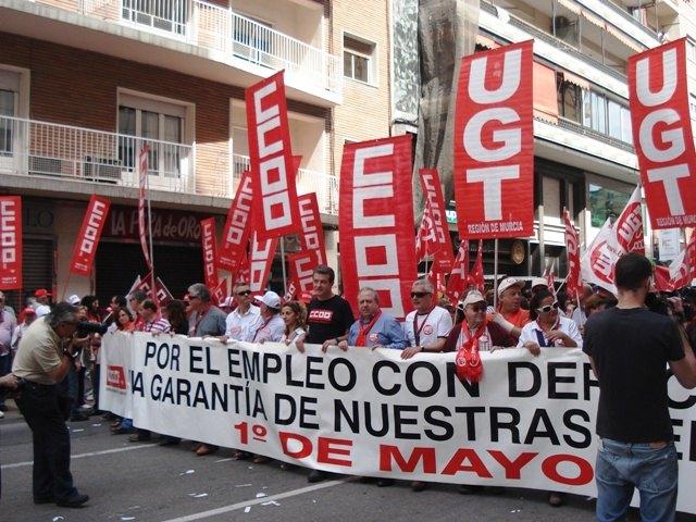 Militantes de IU Totana, junto a representantes de trabajadores, asistieron a la manifestación del 1º de Mayo en Murcia, Foto 1