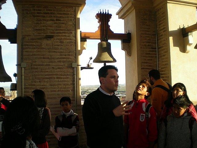 Los usuarios del proyecto Integración socioeducativa de menores y jóvenes visitan la torre de la Iglesia de Santiago, Foto 1