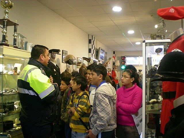 Los usuarios del proyecto Integración socioeducativa de menores y jóvenes visitan la torre de la Iglesia de Santiago, Foto 2