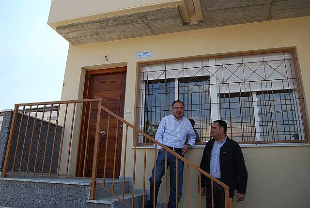 Los jóvenes de El Paretón y de la localidad se interesan por las ocho viviendas tipo dúplex que Proinvitosa ha construido en la pedanía, Foto 1