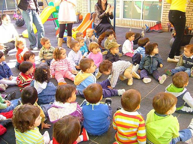Un cuenta cuentos acerca a los niños de las Escuelas Infantiles el principio de igualdad entre hombres y mujeres, Foto 1