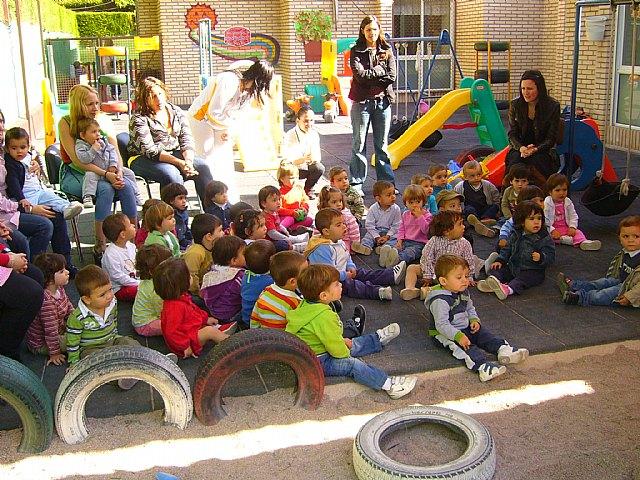 Un cuenta cuentos acerca a los niños de las Escuelas Infantiles el principio de igualdad entre hombres y mujeres, Foto 2