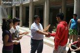 El concejal de Bienestar Social entrega los diplomas a las personas que se han formado en los talleres de pintura y alfabetizaci�n - 14