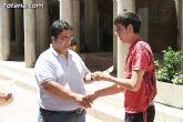 El concejal de Bienestar Social entrega los diplomas a las personas que se han formado en los talleres de pintura y alfabetizaci�n - 27