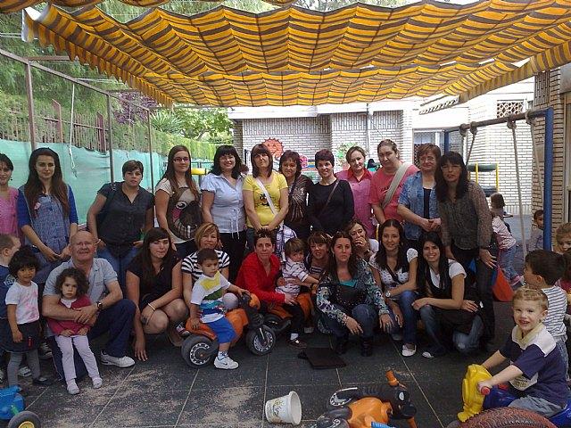Las alumnas del curso de auxiliar de educación infantil realizan una visita didáctica a la Escuela Municipal Infantil Clara Campoamor, Foto 1