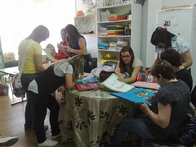 Las alumnas del curso de auxiliar de educación infantil realizan una visita didáctica a la Escuela Municipal Infantil Clara Campoamor, Foto 2