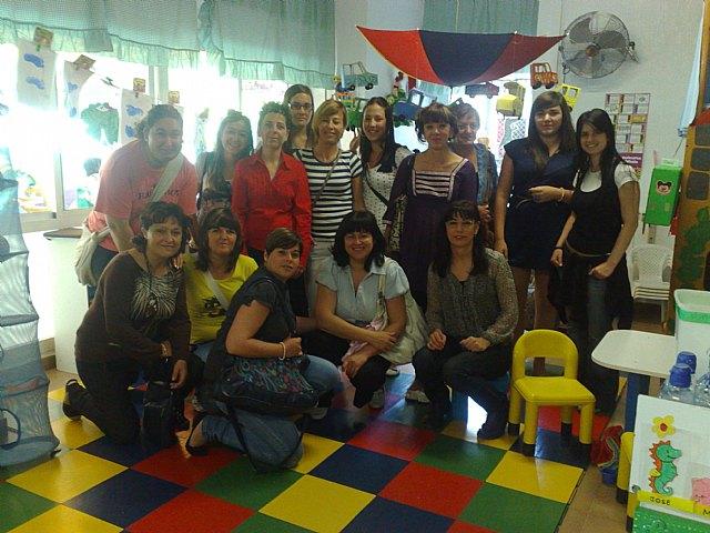 Las alumnas del curso de auxiliar de educación infantil realizan una visita didáctica a la Escuela Municipal Infantil Clara Campoamor, Foto 3