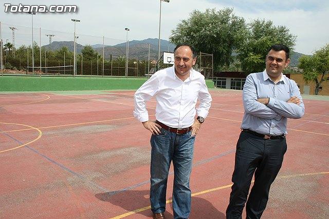 """Autoridades municipales visitan las obras de cubrición de la pista del Polideportivo Municipal """"6 de Diciembre"""", Foto 1"""
