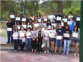 La directora del Instituto de la Juventud de Murcia entrega a los corresponsales juveniles de Totana de los centros de educación Secundaria un diploma