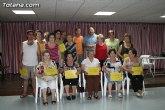 Los usuarios del centro de personas de Totana que han participado en el programa de gimnasia para la salud reciben sus diplomas